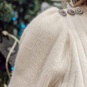Pull beige épaulettes bijoux jade et lisa